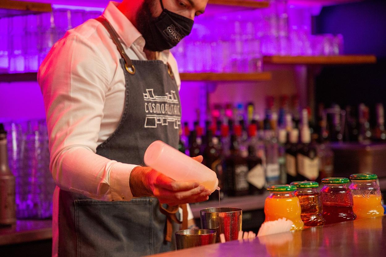cosmopolitain restaurant bar ambiance cocktails barman